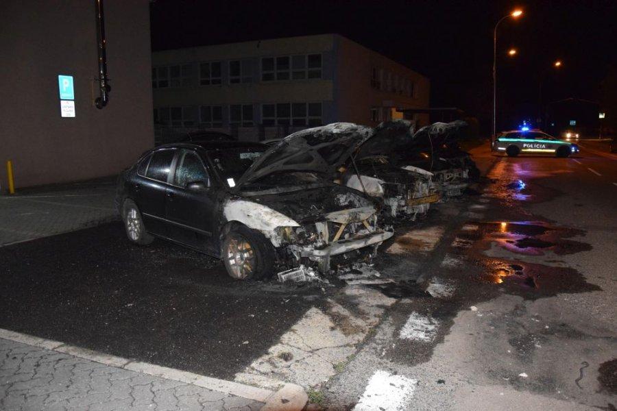 V Nitre horeli autá, páchateľ ich polial horľavou zmesou, foto 2