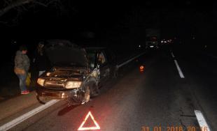 Čelná zrážka dvoch áut! Mladík sa pri predbiehaní návesu nestačil zaradiť do svojho pruhu