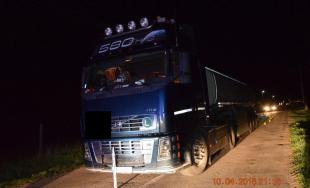 Tragická nehoda! Vodič kamióna zrazil muža ležiaceho v strede cesty, 47-ročný muž zrážku neprežil