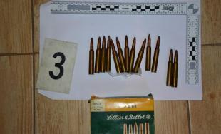 Kriminalisti našli u 42-ročného muža zbrane, strelivo a drogy, za obchodovanie mu hrozí až 15 rokov
