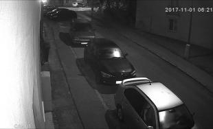 Bezpečnostná kamera zachytila zlodeja v akcii, v noci vykradol auto na Vikárskej ulici